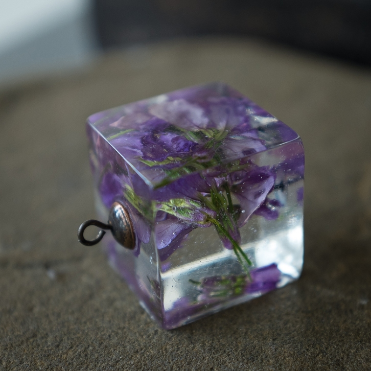 20mm x 20mm cubic pendant, Purple Cresses